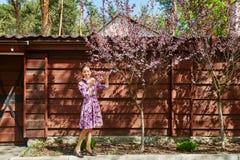 Молодая женщина усмехаясь и наслаждаясь жизнью Стоковая Фотография