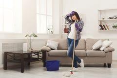 Молодая женщина утомлянная дома чистки весны Стоковые Изображения RF