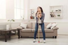 Молодая женщина утомлянная дома чистки весны Стоковые Фотографии RF