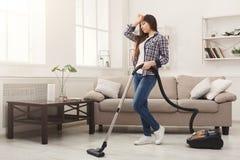 Молодая женщина утомлянная дома чистки весны Стоковая Фотография RF