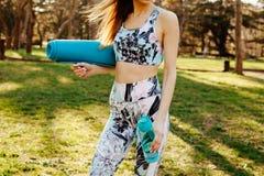 Молодая женщина фитнеса бежать вокруг в парке стоковые фото