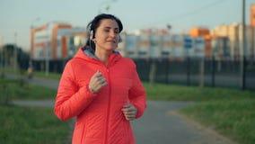 Молодая женщина фитнеса jogging в парке города видеоматериал