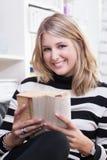 Молодая женщина читает книгу стоковые фотографии rf