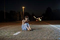 Молодая женщина читая книгу Стоковые Фотографии RF