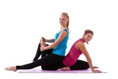 Молодая женщина 2 делая изолированную тренировку простирания Стоковое фото RF