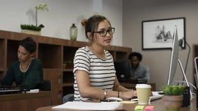 Молодая женщина casaul работая с творческой командой сток-видео