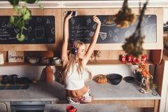 Молодая женщина Dansing и скакать стоковые фото