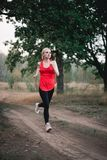 Молодая женщина jogging на парке Стоковое Фото