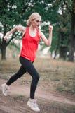 Молодая женщина jogging на парке Стоковые Изображения RF