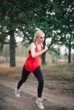 Молодая женщина jogging на парке стоковое фото rf