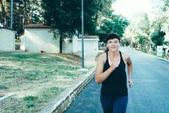 Молодая женщина jogging на парке Стоковые Фотографии RF