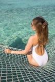 Молодая женщина lounging в гамаке Стоковые Изображения