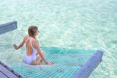 Молодая женщина lounging в гамаке Стоковое Изображение RF