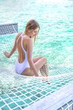 Молодая женщина lounging в гамаке Стоковое Фото