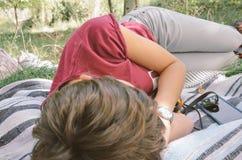 Молодая женщина napping в поле стоковая фотография rf