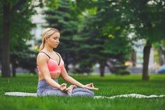 Молодая женщина outdoors, ослабляет представление раздумья Стоковые Изображения