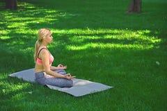 Молодая женщина outdoors, ослабляет представление раздумья Стоковая Фотография RF