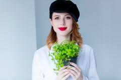 Молодая женщина redhead в шляпе держа травы душицы Стоковое фото RF