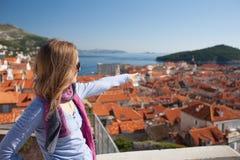 Молодая женщина sightseeing стоковая фотография rf
