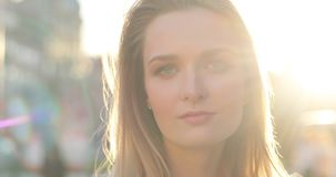 Молодая жизнерадостная дама смотря в сторону и поворачивая ее сторону к камере с задушевной улыбкой Портрет Конца-вверх Blicks Со акции видеоматериалы