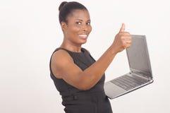 Молодая жизнерадостная коммерсантка с компьтер-книжкой стоковое изображение rf