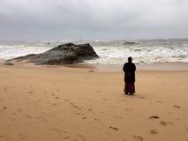 Молодая индийская женщина в черноте в пляже Kundapur Стоковое Изображение