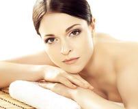 Молодая и здоровая женщина в салоне курорта изолированном на белизне Стоковые Фотографии RF