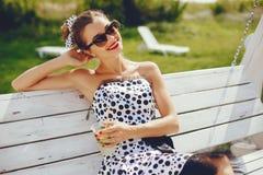 Молодая и милая девушка в парке лета стоковые изображения