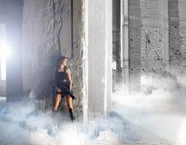 Молодая и сексуальная женщина с автоматом Стоковое Фото