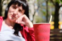 Молодая кавказская девушка сидит в кафе офиса с кофе на таблице в кафе Стоковая Фотография RF
