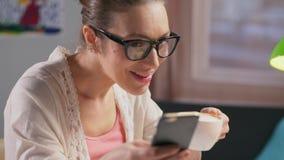 Молодая кавказская женщина используя социальную сеть акции видеоматериалы