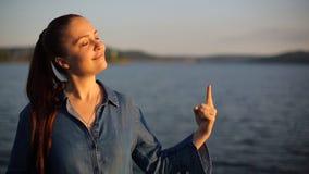 Молодая кавказская женщина указывая палец вверх установьте текст видеоматериал