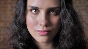 Молодая кавказская сердитая девушка наблюдая на камере, эмоциональной концепции сток-видео