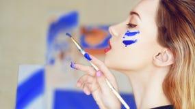 Молодая картина художника Девушка крася изображение в домашней студии Модельная щетка картины на мольберте Чувственная женщина с  стоковые изображения rf