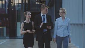 Молодая команда бизнесменов идет к встрече стоковое фото rf