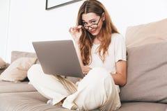 Молодая коммерсантка в работе eyeglasses с компьтер-книжкой Стоковая Фотография RF
