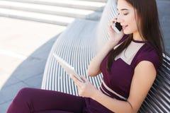 Молодая коммерсантка говоря на телефоне outdoors Стоковое Фото