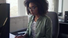 Молодая коммерсантка печатая на клавиатуре сток-видео