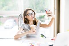 Молодая коммерсантка принимая Selfie Стоковое Изображение RF