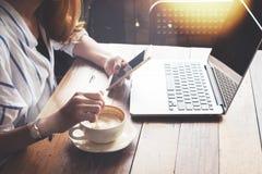 молодая коммерсантка работая на кофейне Стоковое Фото