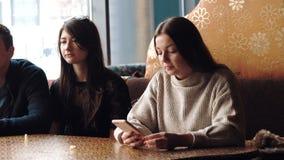 Молодая компания имеет потеху и ест в баре курить кальян, связывая в восточном ресторане сток-видео