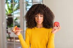 Молодая красивая Афро-американская женщина дома стоковые изображения rf