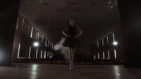 Молодая красивая балерина на балете танцев этапа дыма современном Выполняет ровные движения с руками сток-видео