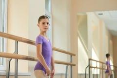 Молодая красивая балерина представляя в студии Стоковые Изображения RF