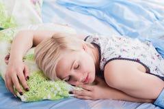 Молодая красивая белокурая женщина спать в ее кровати в утре стоковое изображение rf