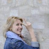 Молодая красивая белокурая модельная девушка в старом городке весной Стоковые Фотографии RF