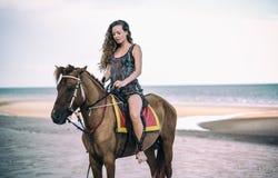 Молодая красивая верховая лошадь женщины стоковые изображения rf