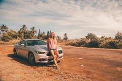 Молодая красивая дама готовя серебряный Форд стоковая фотография