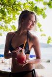 Молодая красивая девушка выпивая бутылку сока арбуза, держа стекло smoothie, вытрезвитель, здоровая еда, вкусная Стоковое Фото