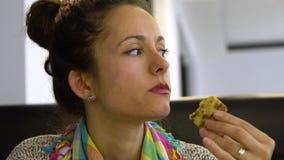 Молодая красивая девушка в кафе ест пиццу Она счастлива Конец-вверх акции видеоматериалы